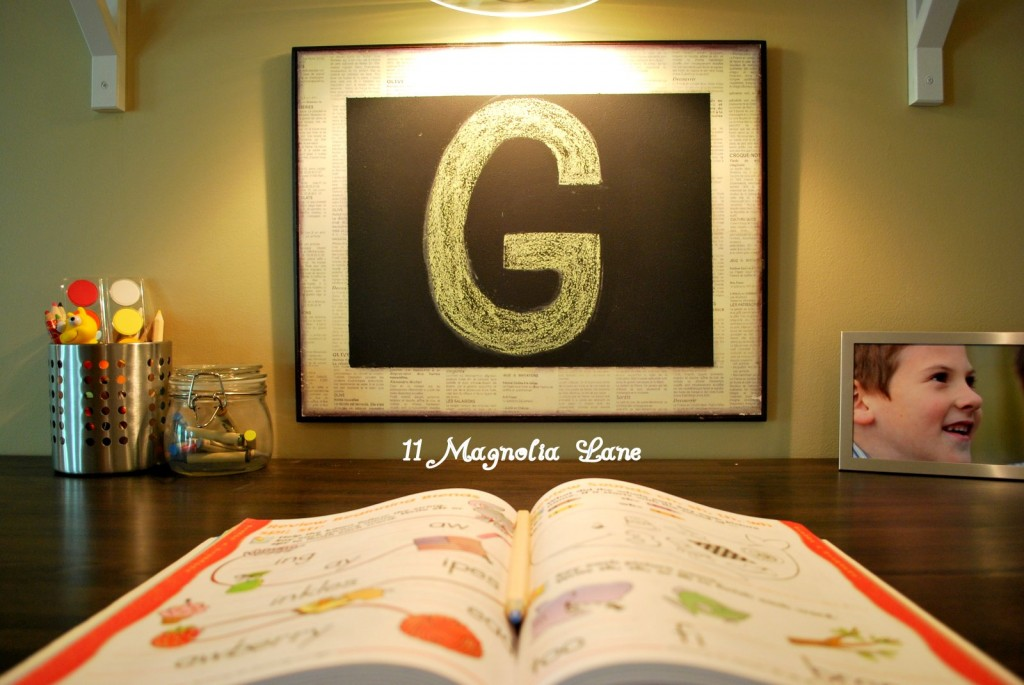 "A ""G"" printed in chalk to personalize my son's space"