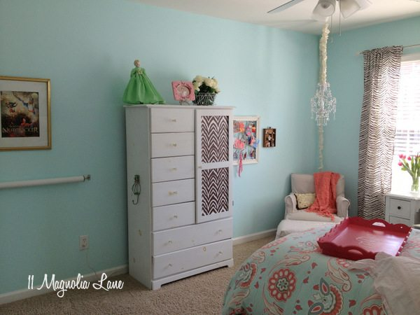 DIY ballet barre in little girls' room at 11 Magnolia Lane